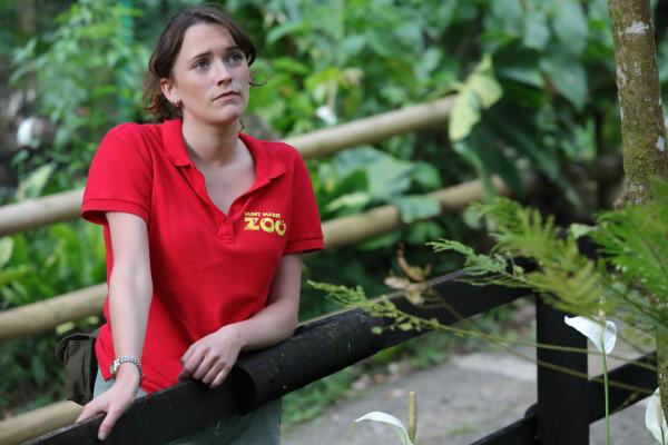 Bild 1 von 3: Iris Russell (Charlotte Ritchie) belastet der Tod des Zoodirektors sehr.