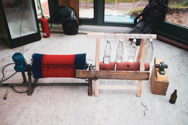 Bild 1 von 3: Das Endergebnis - die fertige Musik-Schuhputz-Maschine! Ob sie wohl funktioniert?