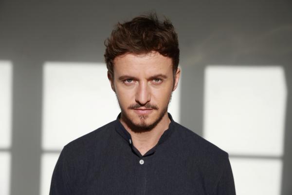 Bild 1 von 9: Tommi Schmitt ist Gastgeber der neuen ZDFneo-Show \