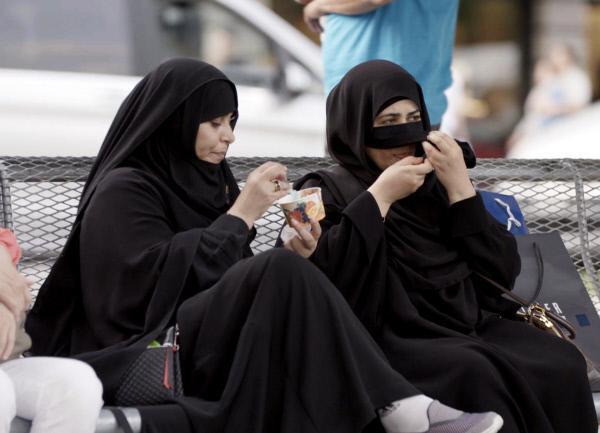 Bild 1 von 4: Touristinnen mit Niqab und Glace in Interlaken.