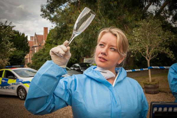 Bild 1 von 10: Kate Wilding (Tamzin Malleson) schwenkt ein Glas in Erwartung aufschlussreicher Indizien.