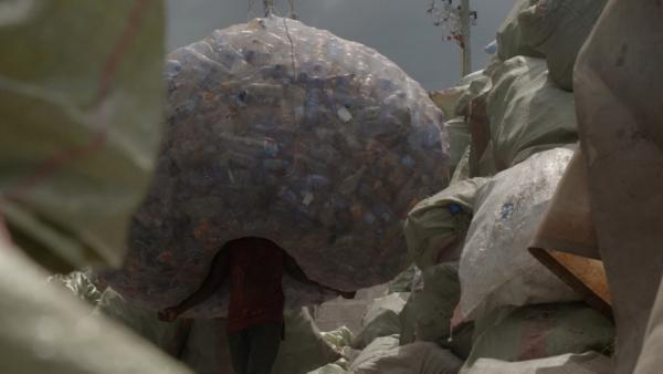 Bild 1 von 2: Plastik-Müllsammler in Daressalam bringen ihre Ausbeute zur Verschiffung nach China.