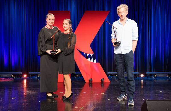 Bild 1 von 1: Gewinner des Hölzernen Besen: William Wahl, Gewinner des Publikumspreises: Kernölamazonen (Gudrun Nikodem-Eichenhardt und Caroline Athanasiadis).