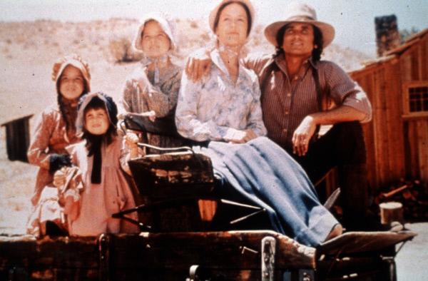 Bild 1 von 2: (v.l.n.r.) Laura Ingalls (Melissa Gilbert); Carrie Ingalls (Lindsay Sidney Greenbush); Mary Ingalls (Melissa Sue Anderson); Caroline Ingalls (Karen Grassle); Charles Ingalls (Michael Landon)