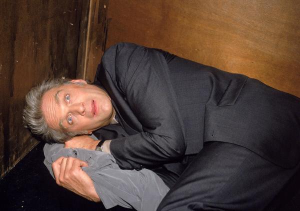 Bild 1 von 6: Nikola hat Schmidt (Walter Sittler) in den Aufzug gesteckt und die Stromzufuhr für ein paar Sekunden gekappt. Als sie triumphierend die Tür wieder öffnet, liegt Schmidt kreidebleich und zitternd auf dem Boden...