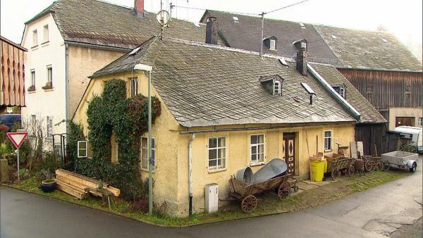 Bild 1 von 5: Dieses Bauernhaus im bayerischen Weißdorf aus dem 18. Jahrhundert hat sich Trödelhändler Jörg für 2.000 Euro erworben