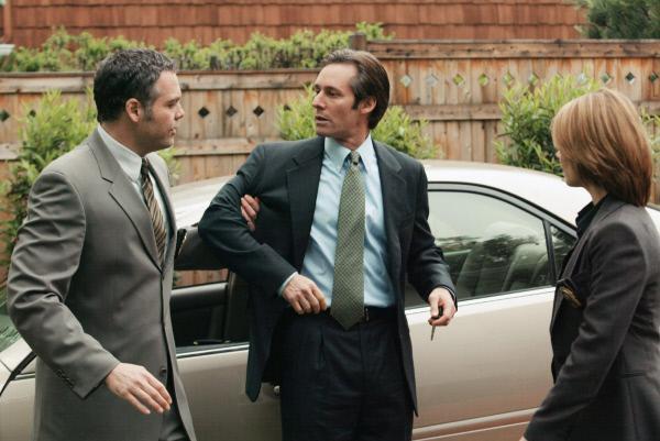 Bild 1 von 2: Ist der Bruder des Hauptangklagten, Michel Gill (Spencer Anderson, M.), mitverantwortlich für den Tod dreier Menschen? Detective Goren (Vincent D'Onofrio) und Detective Eames (Kathryn Erbe) ermitteln.