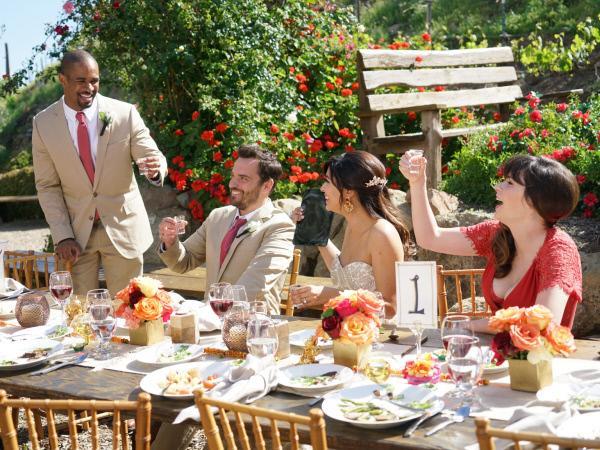 Bild 1 von 22: Coach (Damon Wayans Jr., l.), Nick (Jake Johnson, 2.v.l.), Cece (Hannah Simone, 2.v.r.) und Jess (Zooey Deschanel, r.) versuchen, einen Weg zu finden, damit Schmidt doch noch an der Hochzeitsfeier teilnehmen kann ...
