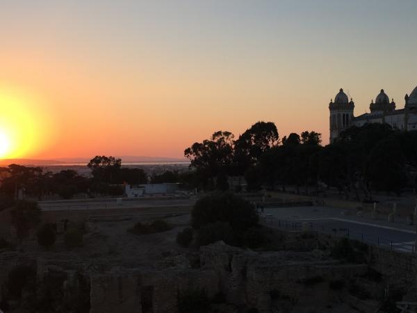Bild 1 von 15: Sonnenuntergang mit Blick auf den Byrsa-Hügel. Byrsa kommt aus dem Griechischen und heißt \