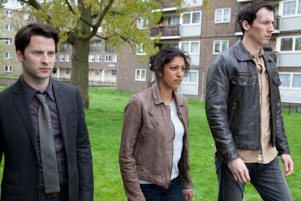 Bild 1 von 3: DC Gus Cook (Robert Lonsdale, l.), DS Seetha Gold (Priyanga Burford, m.) und Jack Hodgson (David Caves, r.) versuchen herauszufinden, wie Deanna gestorben ist.