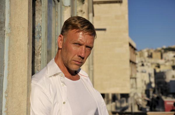 Bild 1 von 9: Nicht nur als Elite-Offizier im Kampf gegen den Terror, sondern auch als Ermittler stellt sich Hamilton (Mikael Persbrandt) unter Beweis - ganz leger und inkognito.