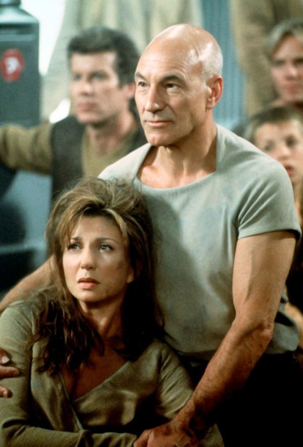 Bild 1 von 6: Captain Picard (Patrick Stewart) unterstützt die schöne Ba'ku-Führerin Anji (Donna Murphy) im Kampf gegen die Son'a.