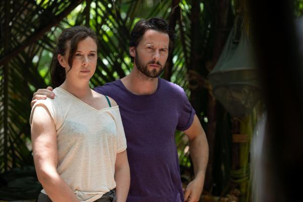 Bild 1 von 4: Bethan (Alexandra Roach) und Dave (Robert Lonsdale) werden zu dem Mord des Gruppenleiters eines Überlebenskurses befragt.