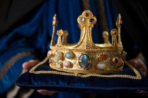Bild 1 von 2: Die Krone der französischen Könige. Um sie wird 200 Jahre mit allen Mitteln gekämpft.
