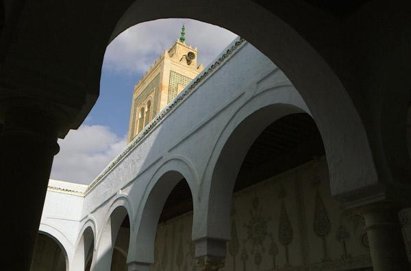 Bild 1 von 4: Tunesien ist mit seinen lichtdurchfluteten Landschaften und seinem architektonischen Erbe der großen islamischen Dynastien das Idealbild des Orients, der die bedeutendsten Maler des ausgehenden 19. Jahrhunderts fasziniert.