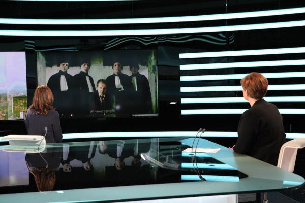 Bild 1 von 5: Die Nachrichtensendung zeigt das ins Netz gestellte Video des entführten Louis de Nantier (Lucas Van den Eynde) und den Tätern.