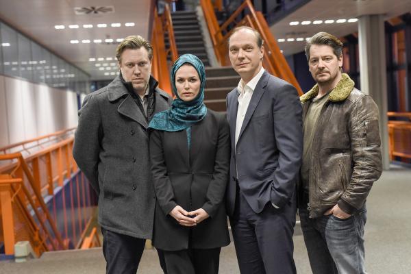 Bild 1 von 5: v.l.: Diller (Nicholas Ofczarek), Soraya (Melika Foroutan), Epstein (Martin Brambach) und Kessel (Fritz Karl) stehen zusammen.