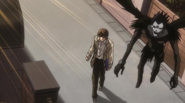 Bild 1 von 5: Oberschüler Light Yagami (l.) findet ein geheimnisvolles Notizbuch, das Todesgott Ryuk (r.) aus Langeweile in der Welt der Menschen zurückgelassen hat. Mit tödlichen Folgen ...