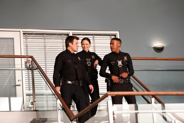 Bild 1 von 3: John Nolan (Nathan Fillion, l.), Lucy Chen (Melissa O'Neil, 2.v.l.) und Jackson West (Titus Makin Jr., r.) feiern ihr einhunderttägiges Jubiläum beim Department.