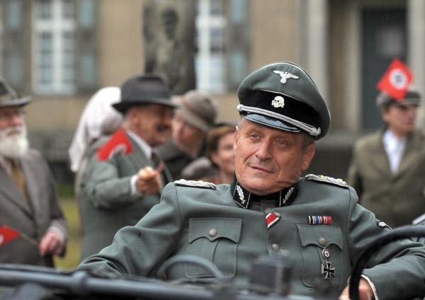 Bild 1 von 5: SS-Standartenführer Schwartow (Konstantin Wecker) gibt sich als Musikfreund, doch dahinter verbirgt er seine sadistischen Züge.