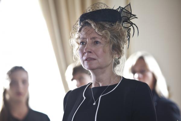 Bild 1 von 5: Die Mutter der Toten, Freda Stokes (Stephanie Schonfield), ist zutiefst betrübt über ihren Verlust. Doch wie gut kannte sie ihre Tochter wirklich?