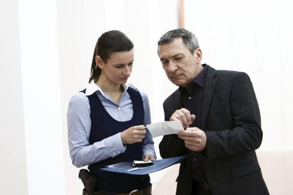 Bild 1 von 1: Catharina Brandt (Annett Renneberg) ist auf einen wichtigen Hinweis gestoßen. Sie berichtet Hauptkommissar Stolberg (Rudolf Kowalski) von ihren neuen Erkenntnissen.