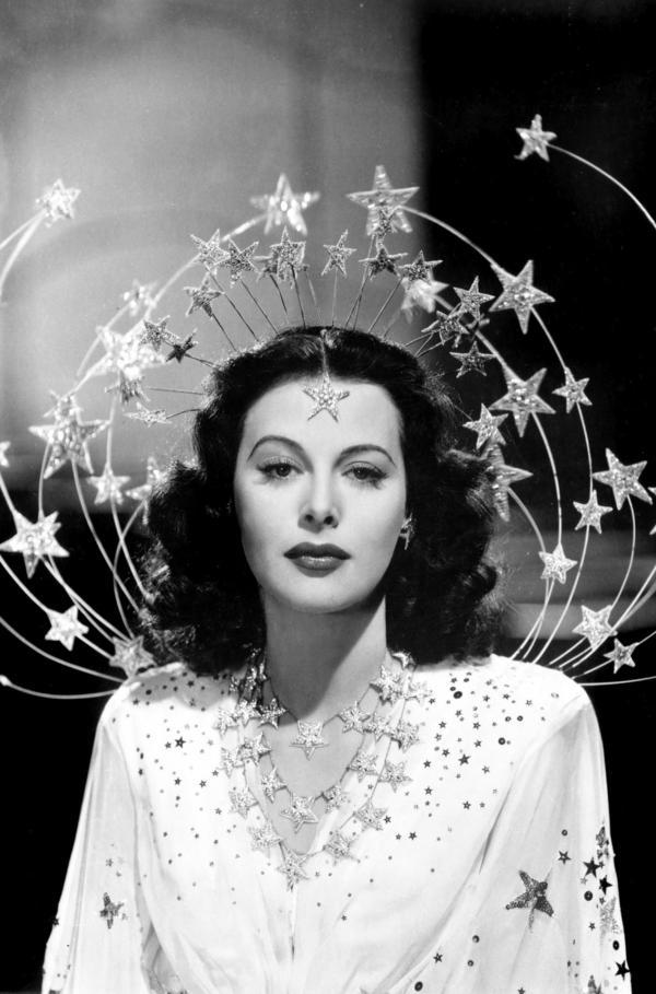 Bild 1 von 2: Die Wienerin Hedy Lamarr (hier als Sandra Kolter in ?Mädchen im Rampenlicht?) eroberte Hollywood als Leinwand-Sexsymbol und schuf als Erfinderin den Vorläufer moderner Kommunikationstechnologie.