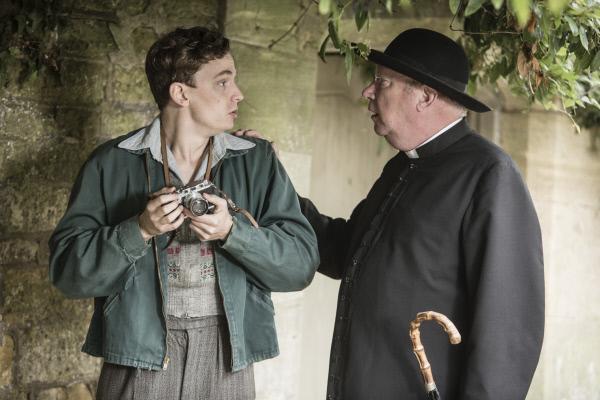Bild 1 von 5: Lewis Ward (Thomas Pickles, l.) liebt es zu fotografieren. Als er einen schlafenden Mann ohne sein Wissen ablichtet, hält Father Brown (Mark Williams, r.) ihn auf. Welche seltsamen Eigenschaften verbirgt der geheimnisvolle Junge außerdem noch?