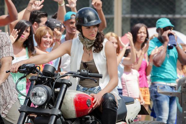 Bild 1 von 15: Ein Autorennen in Havanna begleitet Letty (Michelle Rodriguez) auf dem Motorrad.