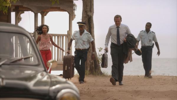 Bild 1 von 5: Camille Bordey (Sara Martins, l.), Dwayne Myers (Danny John-Jules, 2.v.l.) und Fidel Best (Gary Carr, r.) bringen DI Richard Poole (Ben Miller, 2.v.r.) noch zum Auto, bevor er sich auf seine Reise macht. Das Team vermisst ihn jetzt schon.