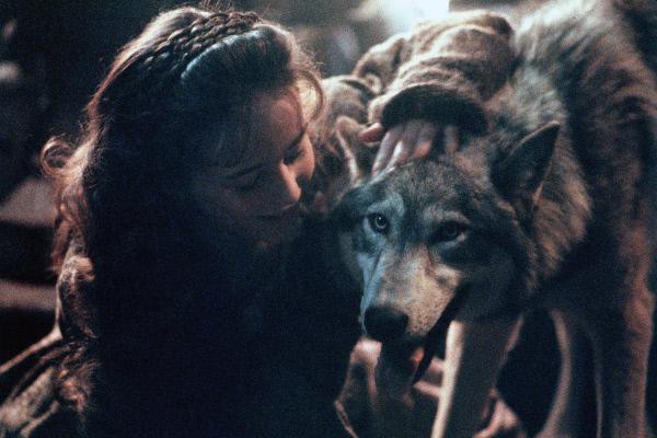 Bild 1 von 8: Welches Geheimnis verbirgt dieser Wolf Rosaleen (Sarah Patterson) gegenüber?