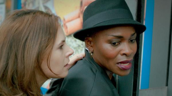 Bild 1 von 7: DC Dinah Kowalska (Elaine Cassidy, l.) ist es gelungen Nora Attah (Rakie Ayola, r.) festzunehmen - vorübergehend.