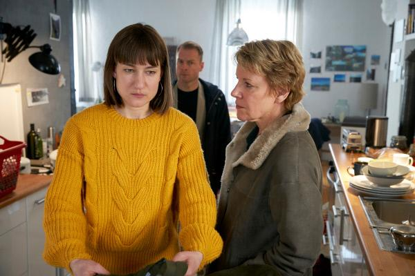 Bild 1 von 14: Simmel (Hinnerk Schönemann) und Marie Brand (Mariele Millowitsch, r.) konfrontieren Jutta Lehmann (Marie Leuenberger, l.) mit ihrem Geheimnis.