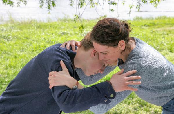 Bild 1 von 3: Mikes Mutter Susanne (Bibiana Beglau) hofft, über Mikes Schulfreund Oliver (Louis Hofmann) mit ihrem Sohn kommunizieren zu können, und holt mit Ersatzsohn Oliver vieles nach, was sie eigentlich mit Mike hätte machen wollen.