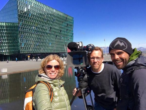 Bild 1 von 4: Autorin Barbara Lueg mit Kameramann Thorsten Eifler (M.) und Assistent Louis Münzhuber (r.) vor dem 2011 eröffneten Konzerthaus \