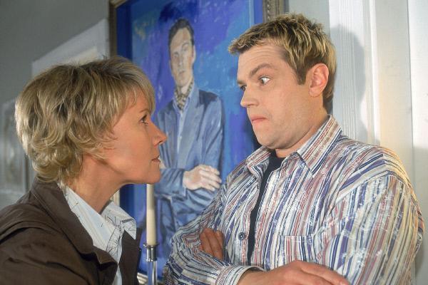 Bild 1 von 5: Tim (Oliver Reinhard) muss Nikola (Mariele Millowitsch) nicht nur das Chaos in Schmidts Wohnung erklären, sondern auch gestehen, das er von Schmidts Innenarchitektin bei der Verwüstung gesehen wurde...