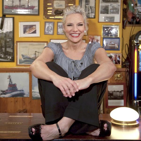 Bild 1 von 7: Moderatorin Ina Müller in der Kneipe \