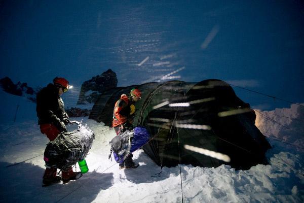 Bild 1 von 6: Kurz nach der Ankunft im Krater des Mount St. Helens gerät das Expeditionsteam in einen Schneesturm.