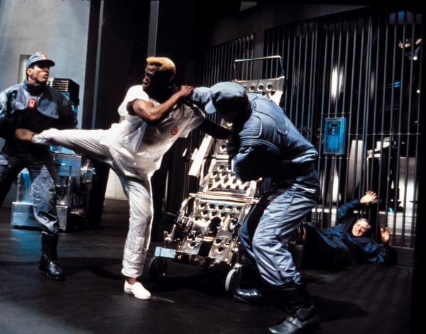 Bild 1 von 19: Während eines fulminanten Feuers gelingt es dem Killer Phoenix (Wesley Snipes, M.), sich aus seinem Eisgefängnis zu befreien. Was niemand ahnt, der Bürgermeister selbst ist dafür verantwortlich ...
