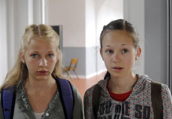 Bild 1 von 5: Sophie (Katherina Unger, li.) und Lina (Lale H. Lange) können nicht fassen, dass ihre Kleider zerschnippelt worden sind.