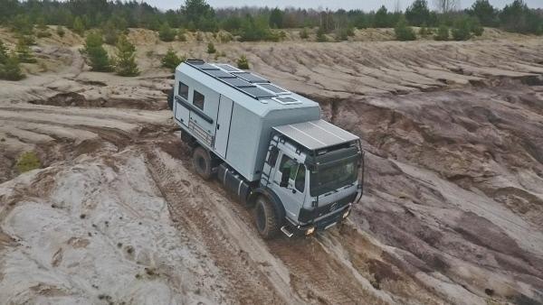Bild 1 von 2: Außen robust, innen komfortabel - so soll das maßgeschneiderte Fernreisemobil dem Kunden das Reisen auch in schwer zugänglichen Gebieten der Erde ermöglichen.