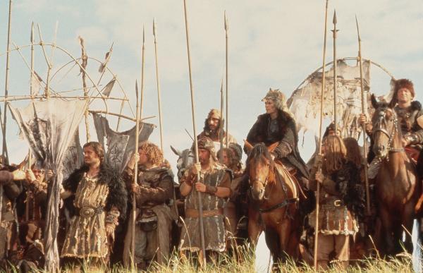 Bild 1 von 5: Uther stirbt im Kampf. Artus ist jetzt sein Nachfolger. Er will sein Land verteidigen. Und bekommt die stärkste Waffe, die es gibt: das Schwert Excalibur. Jetzt ist es an ihm, Britannien zu verteidigen.
