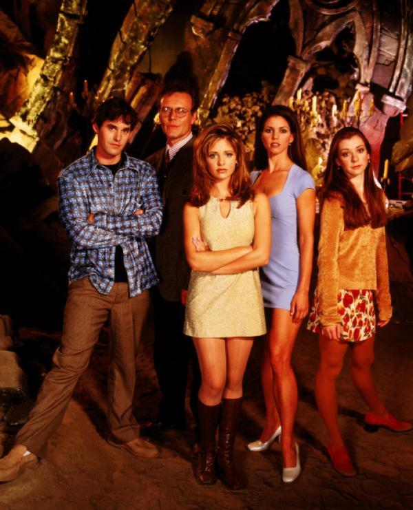 Bild 1 von 2: v.l.n.r.: Xander Harris (Nicholas Brendon), Rupert Giles (Anthony Head), Buffy Summers (Sarah Michelle Gellar), Cordelia Chase (Charisma Carpenter) und Willow Rosenberg (Alyson Hannigan).
