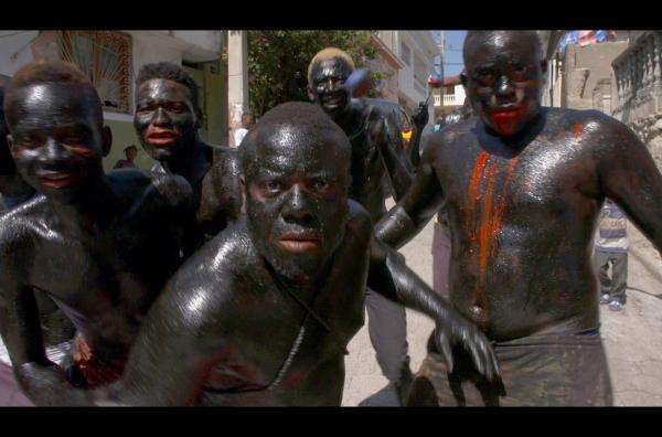 Bild 1 von 5: Beim haitianischen Karneval verkleiden sich viele Haitianer als Bossales: Körper und Gesicht werden dafür mit Schlamm und Ruß bedeckt, wie es auch bei den Sklaven der Fall war, die von Afrika nach Haiti verschleppt wurden.