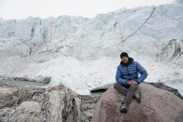 Bild 1 von 5: Eine 60 Meter hohe Wand aus Schnee und Eis mitten in der Landschaft. Der Russell-Gletscher steht unter Beobachtung. Wissenschaftler erhoffen sich von seiner Erforschung wichtige Erkenntnisse über die Stabilität des Eisschilds.