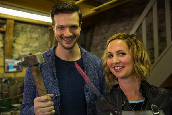 """Bild 1 von 3: Das Prinzip des Messerschmiedens scheint einfach: Man schlägt mit einem Hammer auf ein heißes Stück Stahl und formt daraus eine Klinge. Die """"X:enius""""-Moderatoren Emilie und Adrian probieren es aus …"""