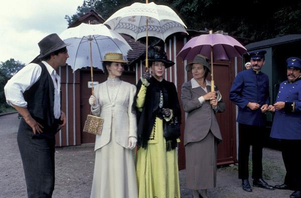 Bild 1 von 4: Von links: Franz (Francis Fulton-Smith), Rosalie (Julia Stemberger), Frau Rätin (Christine Ostermayer) und Tante Agathe (Hanna Schygulla).