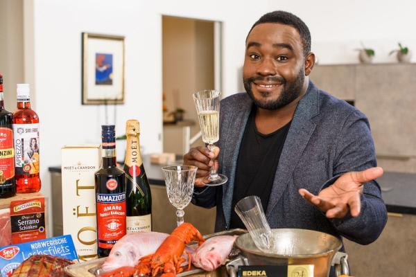 Bild 1 von 5: Marke oder No-Name? Nelson Müller testet Champagner, Lachs und Pralinen vom Discounter.