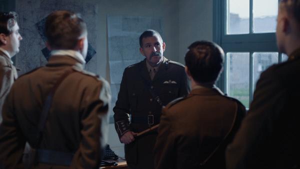Bild 1 von 5: Ein Kommandant begrüßt neue britische Piloten in Frankreich zu Beginn des Ersten Weltkrieges 1914.