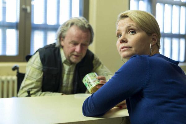 Bild 1 von 13: Pit hat seine Therapeutin gefeuert und verfolgt eine neue Strategie, Danni (Annette Frier, r.) zu beindrucken: Er stellt Kurt (Axel Siefer, l.), \